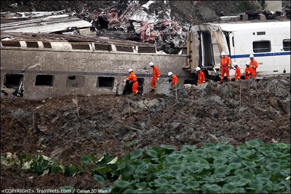2011年7月25日早。搜索人员再次进入现场残骸进行搜索。(IMG-8208-110725)