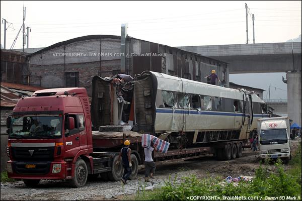 2011年7月26日。事故残骸开始打包,装上平板车运走。(IMG-8617-110726)