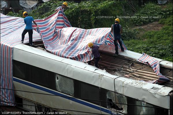 2011年7月26日。事故残骸开始打包,装上平板车运走。(IMG-8749-110726)