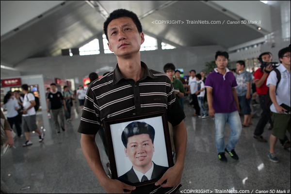 2011年7月27日。由于事故原因迟迟不公布,死者家属来到温州南站讨说法。(IMG-9501-110727)