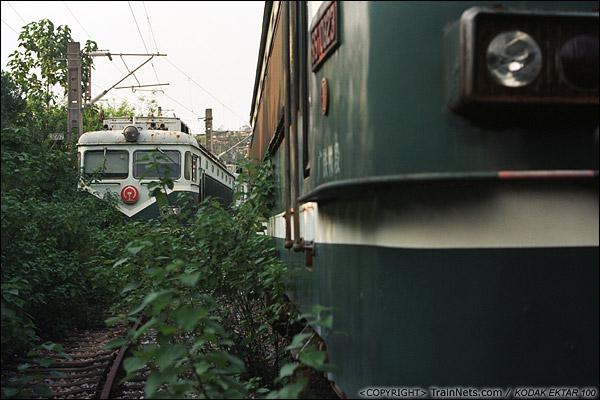 2013年9月7日。韶关机务段。停放SS1的地方杂草丛生。(E0703)