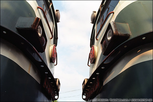2013年9月7日。韶关机务段。两台SS1紧紧相连。(E0712)
