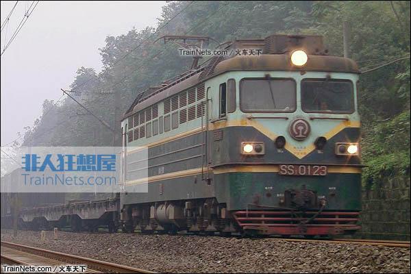 2012年。重庆。SS1型电力机车。(图/火车天下)