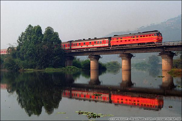 2013年3月8日。广东肇庆。 K842次,遵义-广州,通过三茂铁路鼎湖-水坑区间的九坑河,开往广州。(D7919)