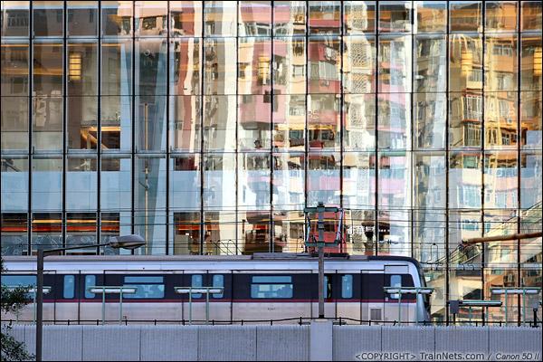 2013年11月26日。香港观塘。 香港地铁观塘线,一列国产列车驶入观塘站。(IMG-5241-131126)
