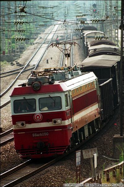 2003年夏天。湖南株洲。 SS6B牵引货列通过株洲响田桥路段。(P3323)