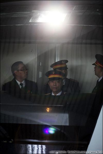 2013年12月17日。深圳北站一站台,媒体体验专列,司机室里站满了人。(IMG-4659-131217)