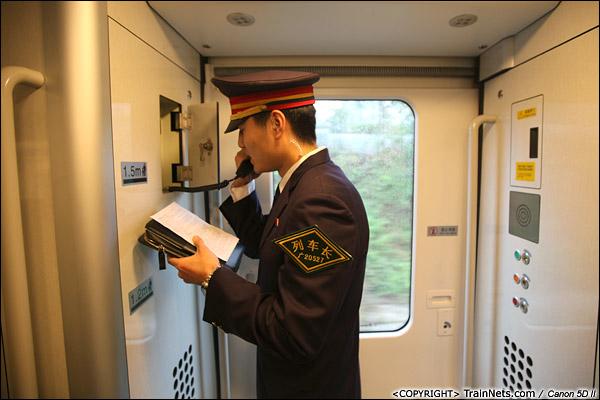 2013年12月17日。D2316次,列车长在开车后广播注意事项,正式运行后将用录音广播。(IMG-4704-131217)