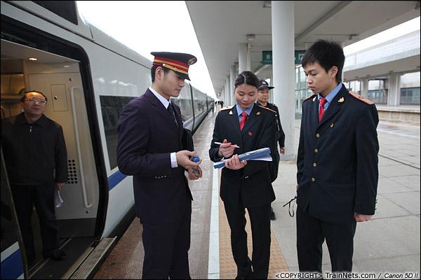 2013年12月17日。D2316次,列车到达惠州南站,列车长与站台简单交接。(IMG-4823-131217)