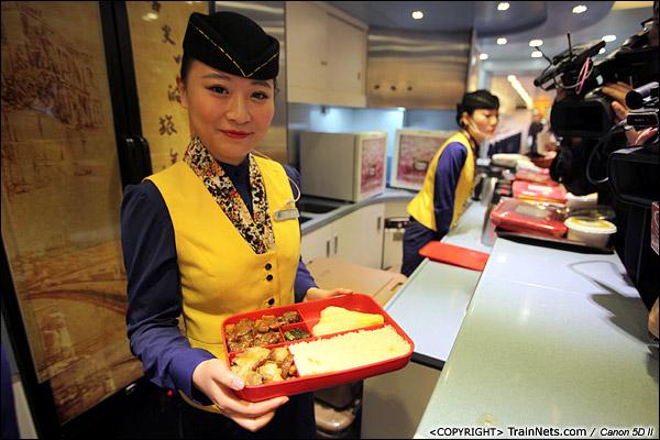 2013年12月17日。D2316次,餐车乘务员开始展示厦深线饭盒。(IMG-4943-131217)