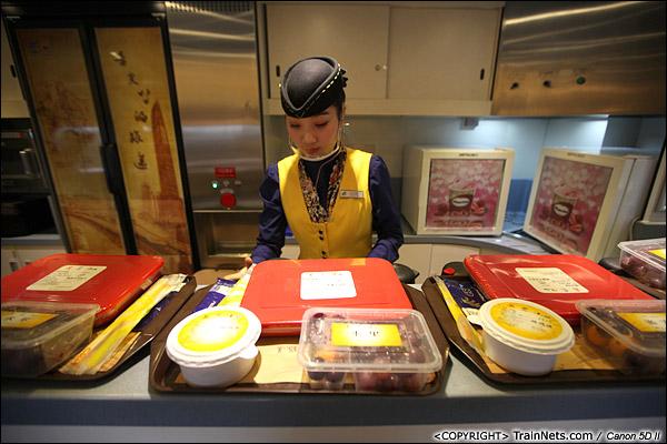 2013年12月17日。D2316次,餐车乘务员开始展示厦深线饭盒。(IMG-4961-131217)