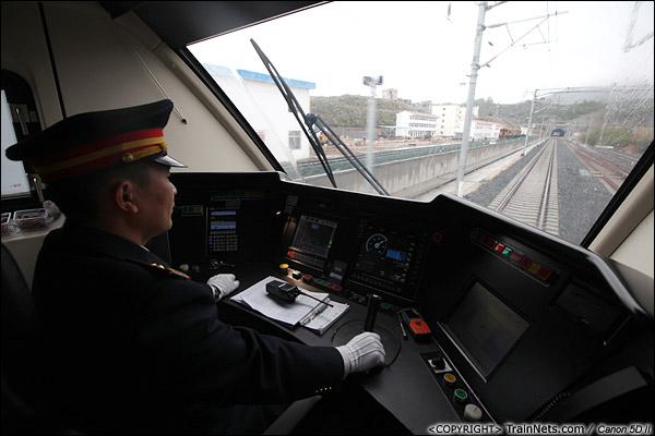2013年12月17日。D2316次, 司机专注驾驶,时速两百公里。(IMG-5089-131218)