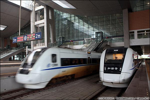 2013年12月17日。D2316次,列车抵达厦门北站,同时一列从上海开来的CRH1进站。(IMG-5130-131217)