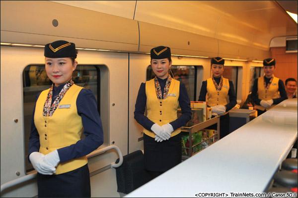 2013年12月28日。早上,厦深铁路首发的D2286次列车,餐车乘务员迎接旅客上车。(IMG-6388-131228)
