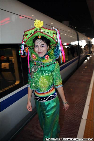 2013年12月28日。早上,深圳北站,厦深铁路首发的D2286次列车,一位福建的惠安女穿着民族服装迎接大家上车。(IMG-6394-131228)