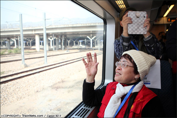 2013年12月28日。早上,深圳北站,厦深铁路首发的D2286次列车缓缓开出,一位乘客向深圳北站挥手再见。(IMG-6485-131228)