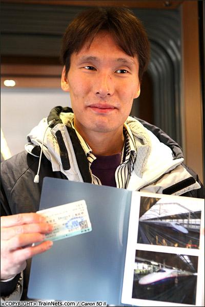 2013年12月28日。早上,厦深铁路首发的D2286次列车,一位日本火车迷专程来体验首发列车。(IMG-6585-131228)