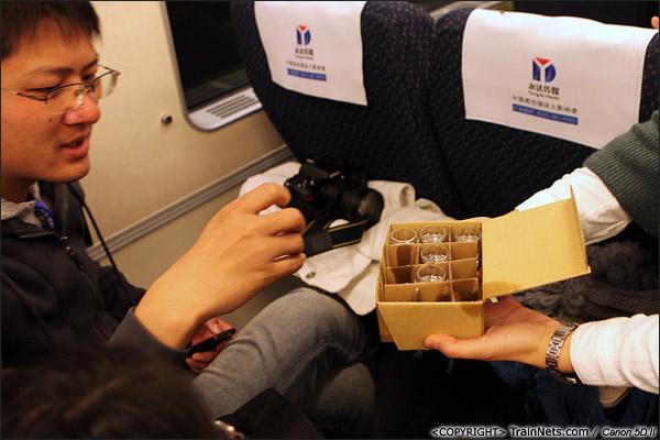 2013年12月28日。早上,厦深铁路首发的D2286次列车,福建商家免费提供金门高粱酒试饮。(IMG-6666-131228)