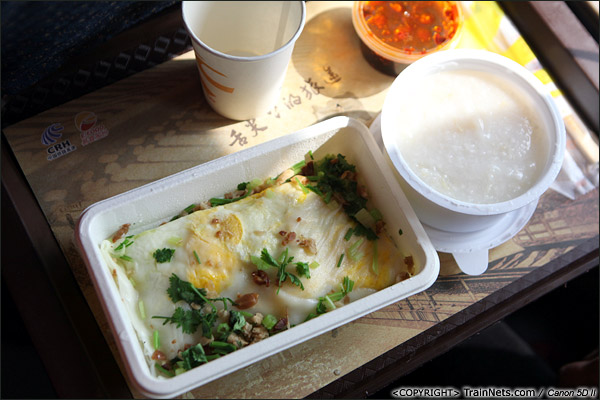2013年12月28日。厦深铁路首发的D2286次列车餐车供应的肠粉和砂锅粥。(IMG-6701-131228)