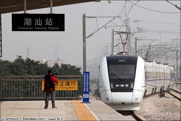 2013年12月28日,中午,在潮汕火车站,厦深铁路首发的D2286次列车缓缓开出,前往厦门北方向。(IMG-6738-131228)