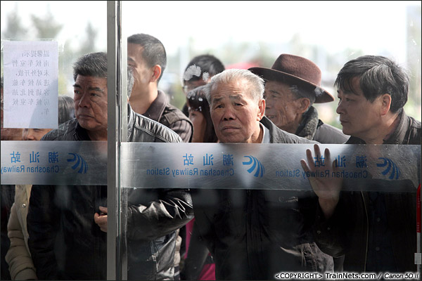 2013年12月28日。中午,潮汕火车站,不少潮汕市民隔着车站玻璃参观新车站。(IMG-6770-131228)