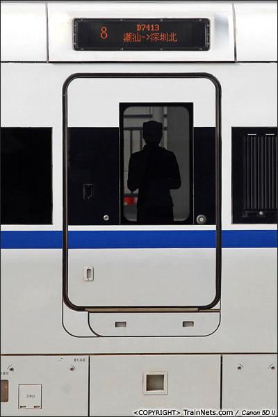 2013年12月28日,厦深铁路通车,在潮汕站,一位乘务员站在门口准备迎接乘客上车。(IMG-6822-131228)