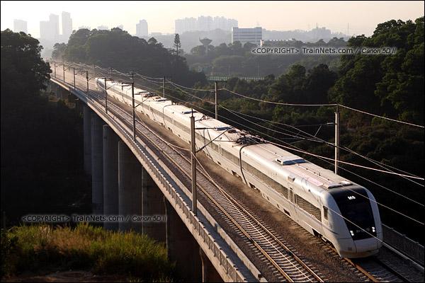 2013年12月24日。深圳布吉,列车飞驰扬起大量灰尘。(IMG-9146-131202)