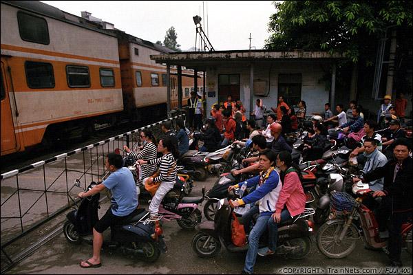 2013年5月6日。广西南宁长堽路六里道口。早高峰,道口挤满了上班的市民。(D8410)
