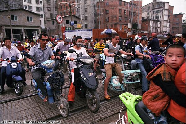 2013年5月6日。广西南宁长堽路六里道口。早高峰,道口挤满了上班的市民。(D8414)