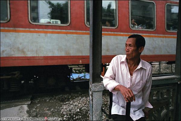 2013年5月6日。广西南宁长堽路六里道口。道口房前,一位老人坐在这里看火车。(D8427)