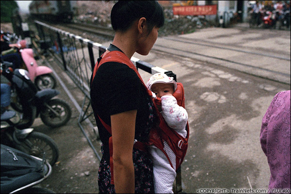 2013年5月6日。广西南宁长堽路六里道口。道口刚打开,一位母亲一马当先先通过。(D8429)