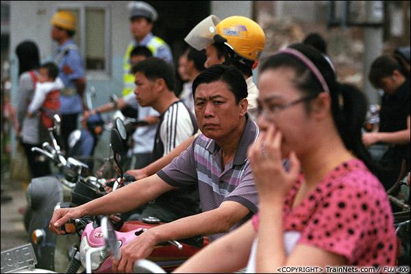 2013年5月6日。广西南宁长堽路六里道口。道口前等火车,上班的心急如焚。(D8515)