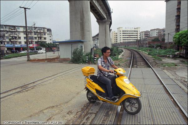 2013年5月6日。广西南宁北湖客技站联络线。上方的新铁路桥已见雏形。(D8605)