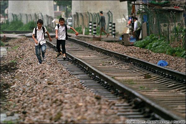 2013年5月6日。广西南宁明秀路道口南侧,放学的孩子在铁道上玩耍。(D8706)