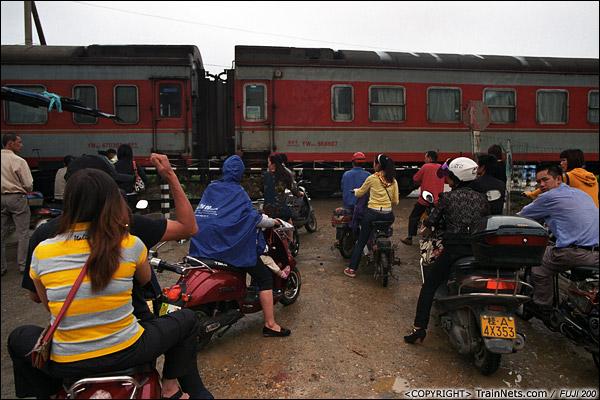 2013年5月6日。广西南宁虎邱道口,虽然是一个小道口,但也聚集了许多下班的市民。(D8721)