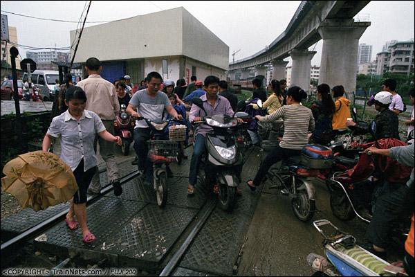 2013年5月6日。广西南宁虎邱道口。道闸升起后,小道口挤满了下班的市民。(D8730)