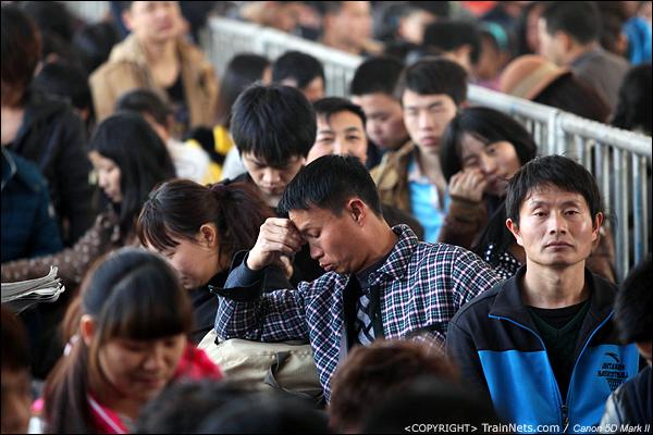 2014年1月17日,深圳西站,一位乘客疲惫地站在人群中。(IMG-2462-140121)