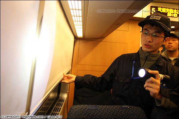 2014年1月17日。深圳动车所。一名检修员正在检查客室内设备。(IMG-0983-140117)