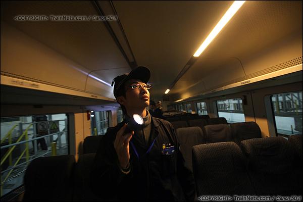 2014年1月17日。深圳动车所。一名检修员正在检查客室内设备。(IMG-0996-140117)