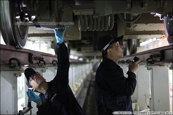 2014年1月17日。深圳动车所。两位检修员正在检查转向架。(IMG-1107-140117)
