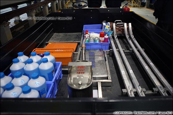 2014年1月17日。深圳动车所。检修工作小车上,堆满了各种备件,需要更换时可以立刻使用。(IMG-1199-140117)