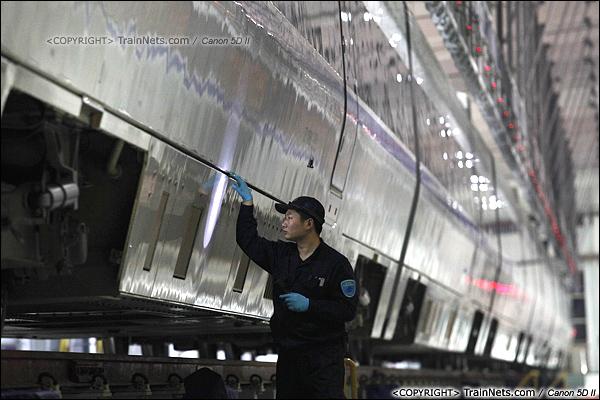 2014年1月17日。深圳动车所。一名检修员正在检查列车外部。(IMG-1312-140117)