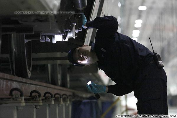 2014年1月17日。深圳动车所。一名检修员正在检查转向架。(IMG-1359-140117)