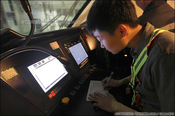 2014年1月17日。深圳动车所。ATP工作人员正在对列车控制系统进行检查。(IMG-1400-140117)