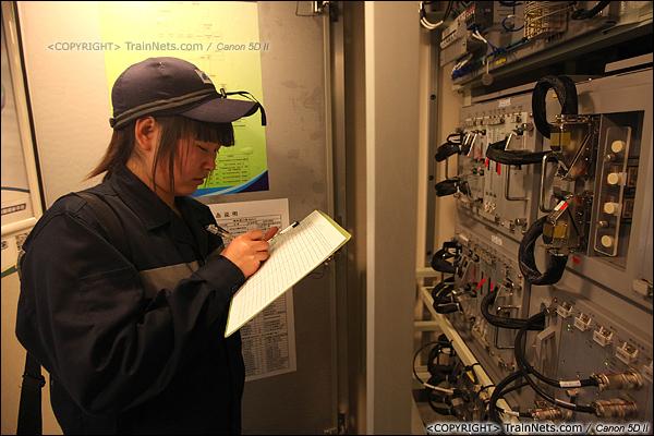 2014年1月17日。深圳动车所。信号工正在对ATP主机进行检查。(IMG-1416-140117)