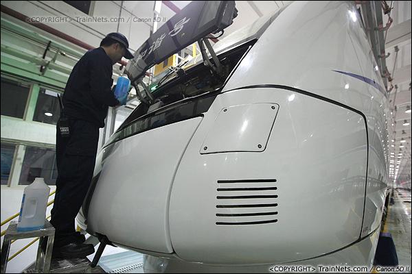 2014年1月17日。深圳动车所。一名检修员为动车添加玻璃清洗液。清洗液为汽车产品,由于要北上上海,因此采用防冻型号。(IMG-1491-140117)