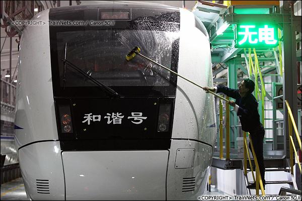 2014年1月17日。深圳动车所。2014年1月17日。深圳动车所。一名清洁工正在清洗车头。(IMG-1621-140117)