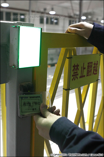 2014年1月17日。深圳动车所。一位检修员准备刷卡登上车顶。(IMG-1683-140117)
