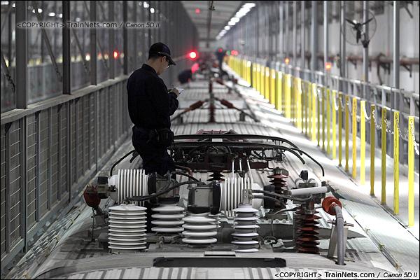 2014年1月17日。深圳动车所。一名检修员在检查受电弓。(IMG-1689-140117)