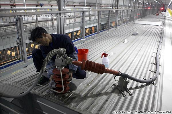 2014年1月17日。深圳动车所。清洁工在擦拭绝缘子。(IMG-1732-140117)